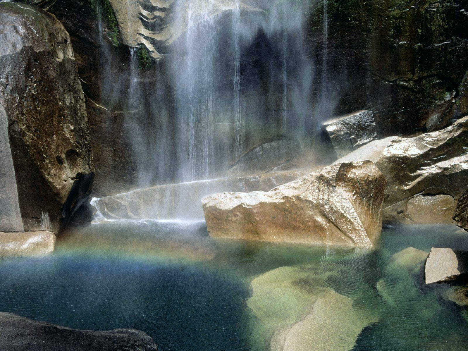 http://grandcanyon.free.fr/images/cascade/original/Natural%20Phenomenon,%20Vernal%20Falls,%20Yosemite,%20California.jpg